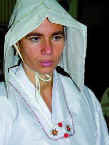 Andrea Kalff in weißer Götterkleidung