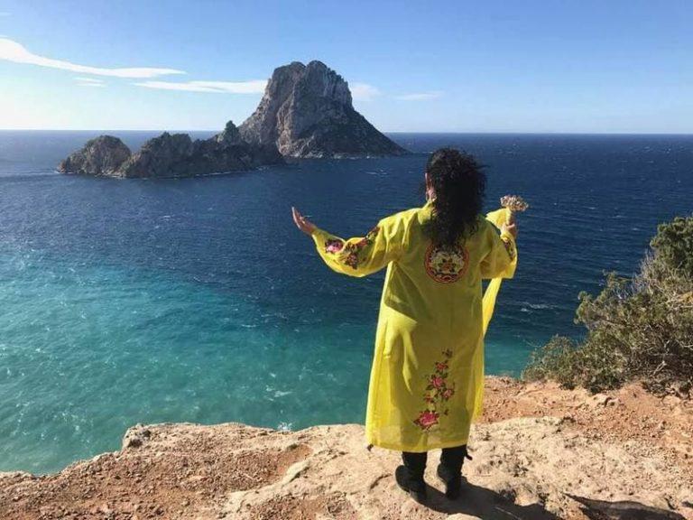 gelbe Götterkleidung am Meer mit Felsen