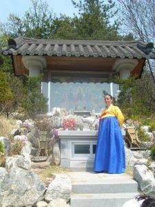 Mudang Andrea Kalff am koreanischen Tempel