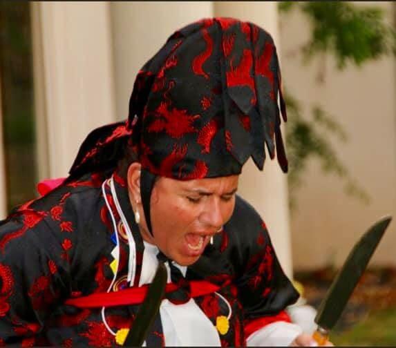Mudang Andrea Kalff Schrei mit Messern in Trance