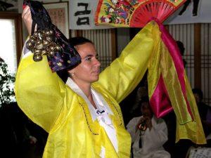Andrea Kalff mit gelber Götterkleidung Fächer und Glocken