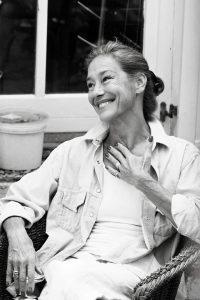 lachende glückliche Frau schwarz weiß